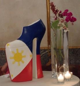 Una scultura a forma di scarpa realizzata da Richard Gabriel