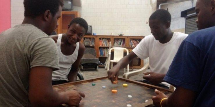 Senegalsi che giocano a dama(foto Open Migration)