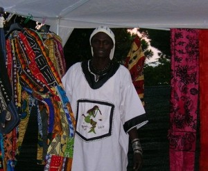 Mbar Dniaye, musicista senegalese, in uno stand che vende prodotti artigianali provenienti dall'Africa