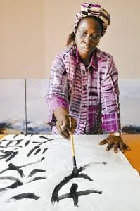 L'ivoriana Mathilde Moreau dipinge calligrafia cinese