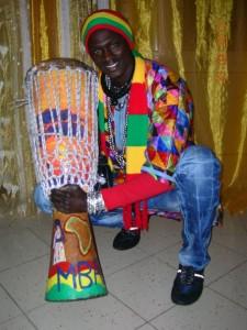 Mbar Ndiaye mostra il suo sabar, strumento a percussione tipico del popolo wolof