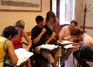 Lezioni alla Torre di Babele, istituto che si occupa dell'insegnamento dell'italiano a stranieri e della formazione per l'accesso all'esame DITALS