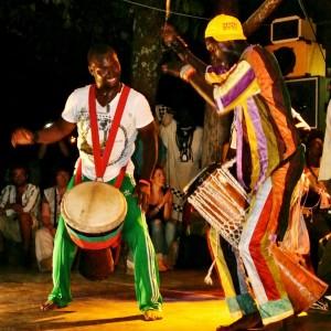 Mbar Ndiaye, percussionista senegalese, suona il sabar durante un concerto