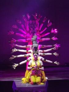 Studenti cinesi si esibiscono nella danza di Avalokitesvara, dea dalle mille mani