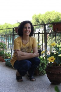Kurshid tra i fiori del suo balcone
