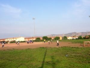 Gli ospiti del Cara giocano a calcio