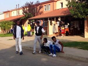 Migranti che passano il tempo passeggiando per il centro