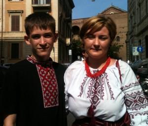 Mariya e Denys indossano gli abiti tipici della tradizione ucraina