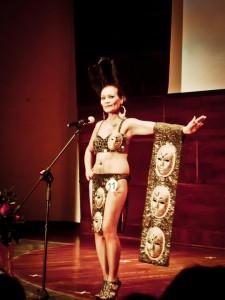 Jovilieta Tello sfila con un costume tipico