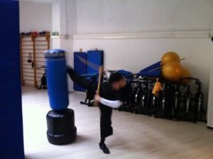 Un allievo si esercita con il punchin-ball