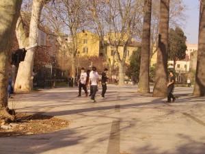 Ragazzi cinesi a Piazza Vittorio