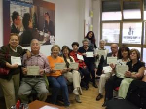 I partecipanti al corso di informatica per anziani ricevono l'attestato finale