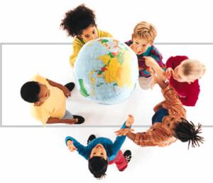 Bambini che giocano con un mappamondo