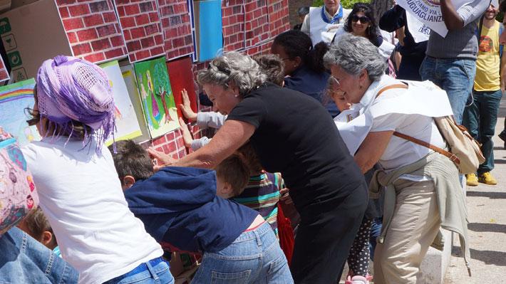 Grandi e piccini abbattono il muro dell'indifferenza durante la manifestazione Ramazza Arcobaleno