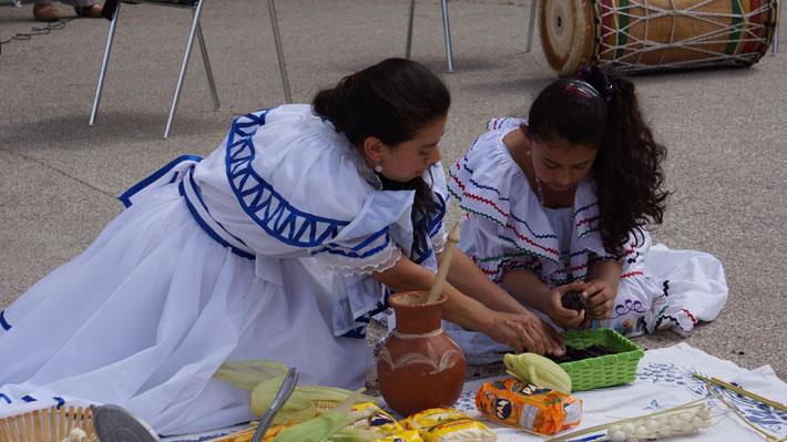 Ragazze indossano abiti tradizionali durante Ramazza Arcobaleno, la manifestazione che intende promuovere una nuova legge sulla cittadinanza