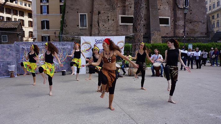 L'esibizione del gruppo Afrodanza di Barbara Mousy durante Ramazza Arcobaleno
