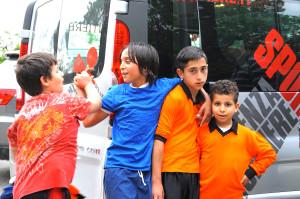 Bambini partecipano alle attività di Sport Senza Frontiere