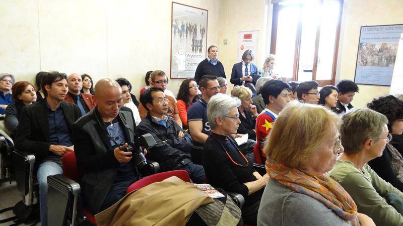 Esperti cinesi e italiani a confronto per superare alcuni degli stereotipi che circondando la comunità cinese in Italia nel convegno organizzato da Piuculture e dal Coris, Dipartimento di comunicazione e ricerca sociale de La Sapienza Università di Roma