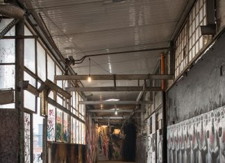 MAAM – Corridoio d'ingresso. Di fronte alla porta sulla destra I guerrieri della luce di Stefania Fabrizi a difesa dell'entrata – photo Giuliano Ottaviani