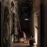 """MAAM - """"Corridoio dei rom"""". Andrè Guerrilla (Spam) a lavoro sul nuovo murales, finito a gennaio 2015, """"la Torre di Babele realizzata"""", in c -ompagnia di una bimba - photo Giuliano Ottaviani"""