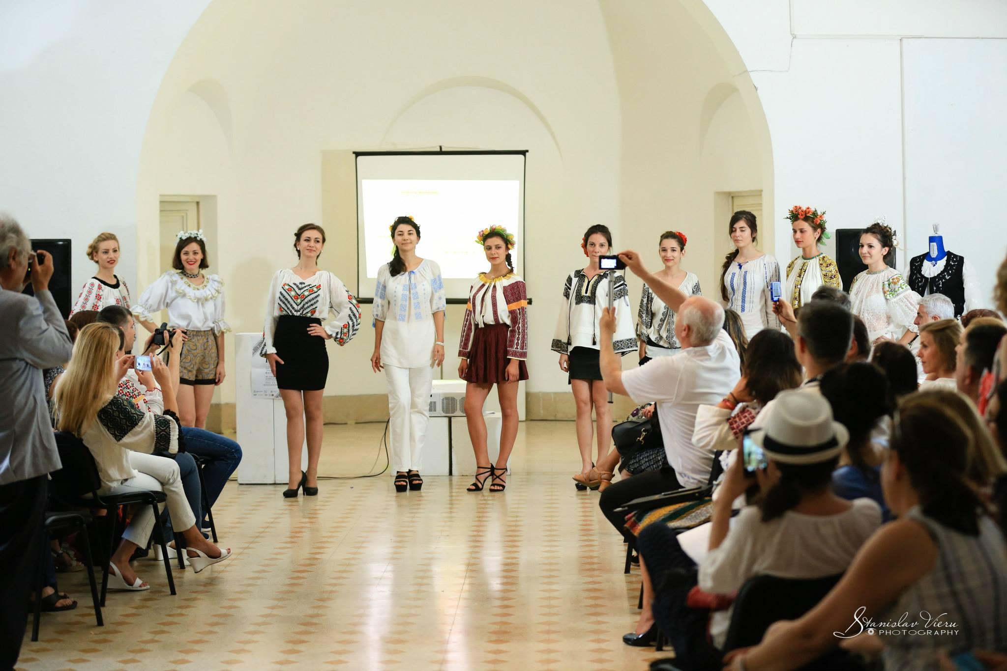 le modelle che hanno presentato le camice di tutte le regioni della Romania