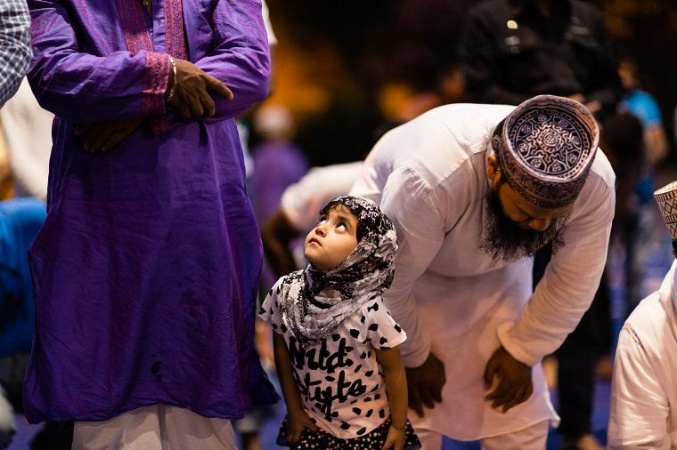 La rottura del digiuno diurno del ramadan organizzata dall'associazione Munshiganj Bikrompur Somity e coordinato da Dhuumcatu Onlus nel quartiere di Torpignattara a Roma