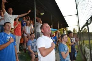I tifosi dell'Ucraina cantano il loro inno