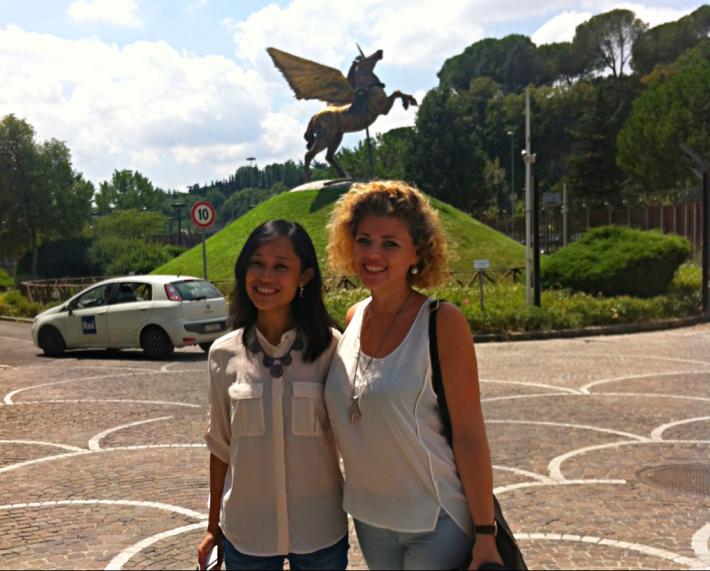 Louie Ann e Violeta davanti la sede della Rai