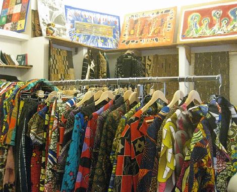Abiti vintage in esposizione e in vendita all'Africa creation