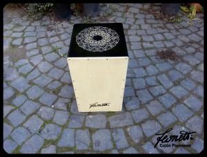 Cajon di flamenco con mandala inciso e disegnato a mano
