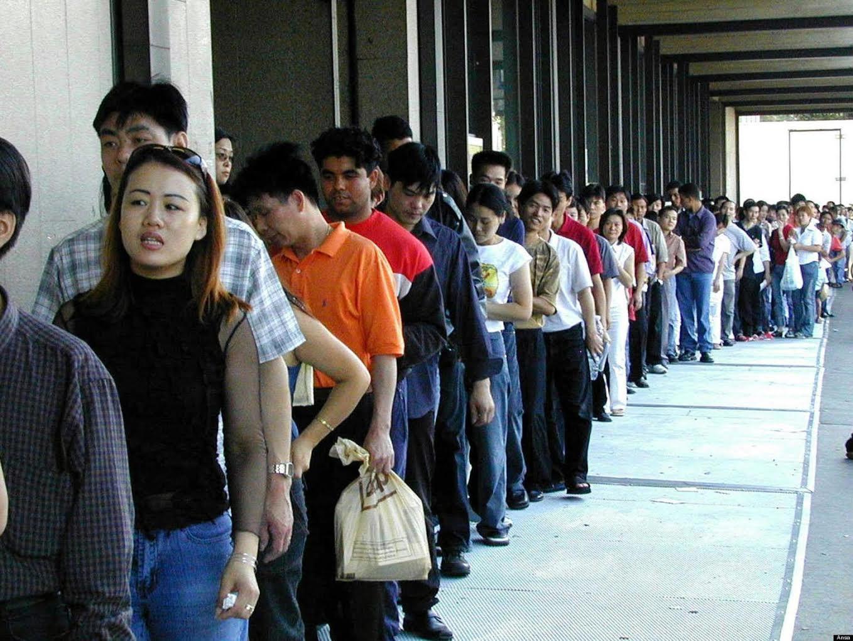 Ragazzi in fila alla questura per la richiesta di permesso di soggiorno