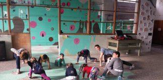 Corso di Capoeira, dal Brasile a Metropoliz, per fornire ai bambini rom uno strumento di comunicazione e interazione con gli altri. La grande intuizione delle volontarie, Valentina e Serena, che hanno fatto della passione per la danza e per l'intercultura un lavoro che ha regalato loro grandi soddisfazioni.
