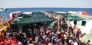 interventi di salvataggio in corso a bordo della nave Vos Hestia di Save the Children