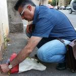 Un cittadino iraniano depone una candela davanti all'ambasciata dell'Iran a Roma per commemorare le vittime dell'attentato terroristico a Teheran