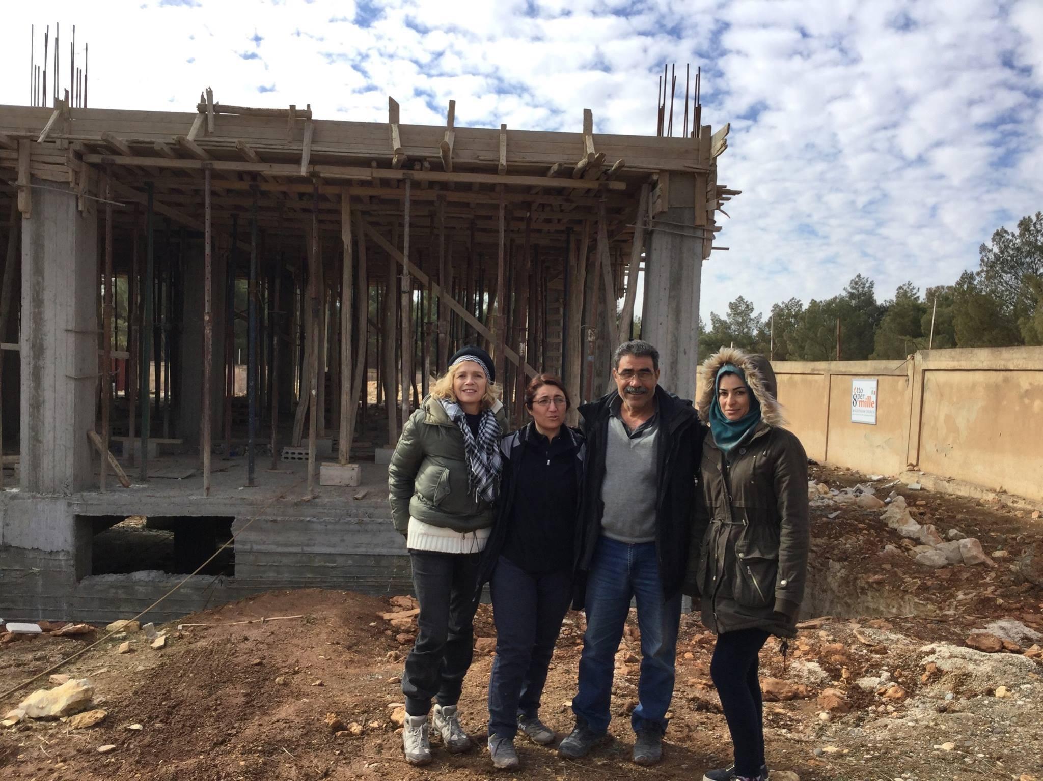 Carla Centioni sul cantiere della Casa delle Donne di Kobane - Fonte: Facebook
