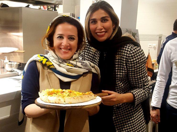 Sahar, moglie di Mehrdad Aghamiri, con un'amica venuta ad aiutarla per la serata della pizza