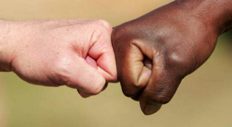 Contro il razzismo un segno di amicizia tra popoli di origini diverse(foto La fede quotidiana)