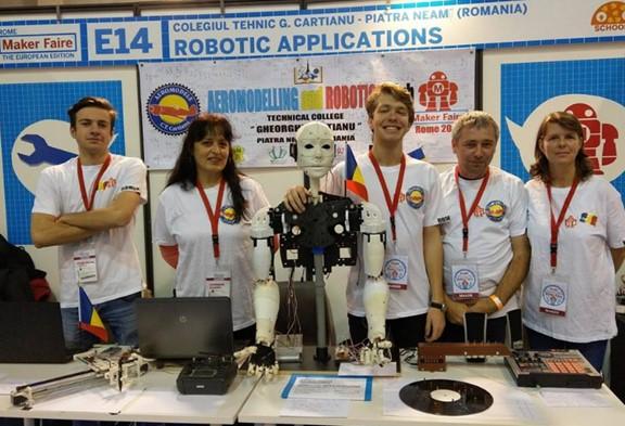 Constanta Salaru e Constantin Nedelcu con i giovani romeni presenti al Marker Faire di Roma