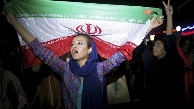 Giovane donna con la bandiera protesta in Iran