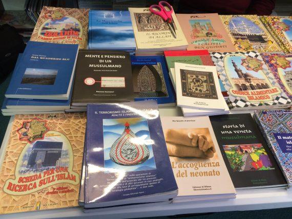 Stand di libri sull'Islam presente all'evento