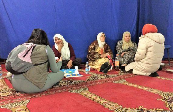 Alcune donne conversano durante l'Open day moschea Al-Huda