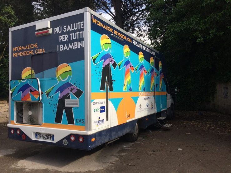 Camper ambulatorio mobile attrezzato per vaccinare i bambini del camping river