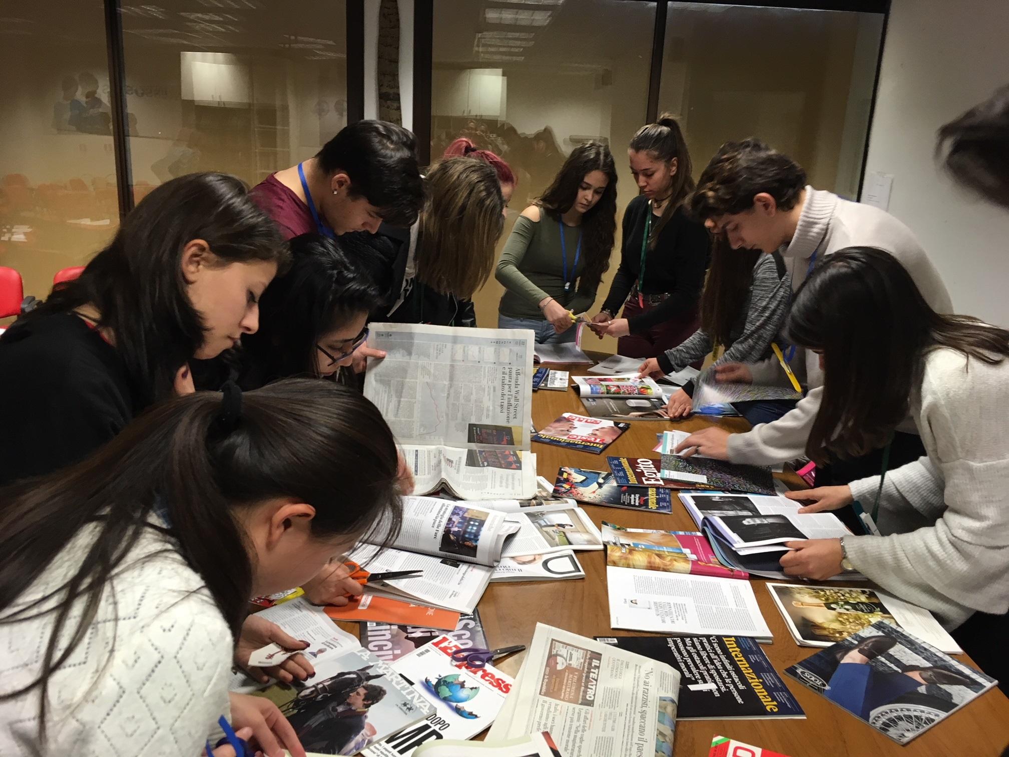 Studenti del liceo Franceso D'Assisi nella redazione di Piuculture durante il laboratorio Infomigranti per l'alternanza scuola lavoro