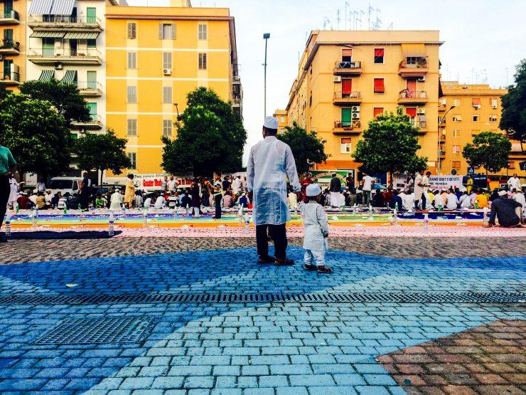 In piazza la comunità musulmana recita la Dua prima di iniziare l'Iftar