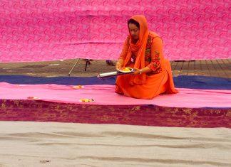 Una donna prepara l'allestimento della piazza in occasione dell'Iftar pubblico