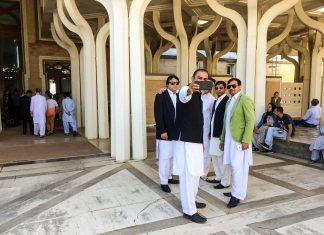 Un gruppo di amici si ritrova alla Grande Mosceha per festeggiare l'Eid al Fitr