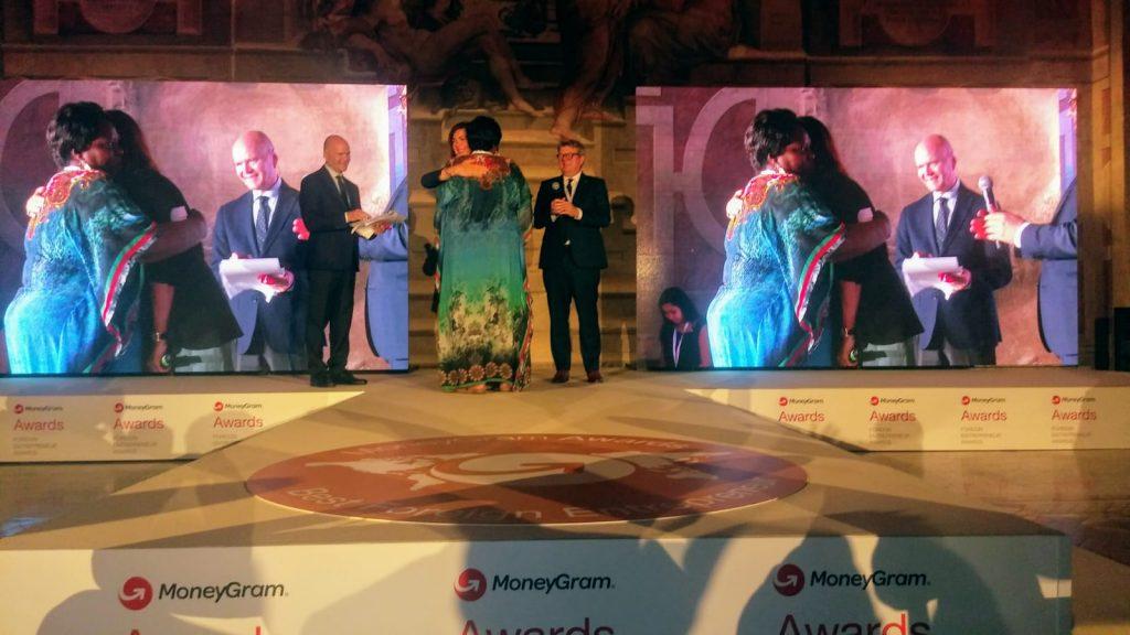 L'abbraccio tra la vincitrice Marie Terese e l'onorevole Boldrini