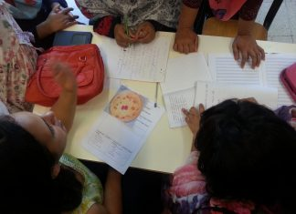Una squadra di donne e bambine scrivono la loro ricetta
