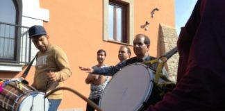 Il Dhol, uno strumento tipico a percussioni, anima la festa
