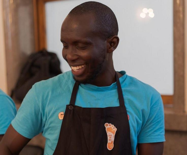 Buba viene dal Gambia ed è uno dei cuochi del progetto In Cammino Catering Migrante